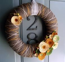 Display Corded foam glued neck - Typical warm shades 35 Decorating ideas  for a homemade autumn door wreath