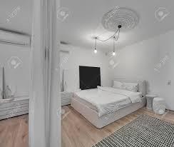 Moderne Schlafzimmer Mit Weißen Wänden Und Ein Parkett Mit Einem