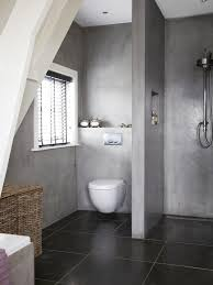 Duschseitig bietet die Trennwand einen praktischen Spritzschutz ...