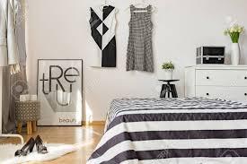 Aktuelle Einrichtung Der Gemütlichen Frau Schlafzimmer Mit Schwarzen