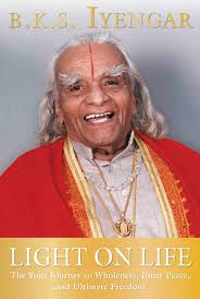 light on life the yoga journey to wholeness inner peace and ultimate freedom iyengar yoga books b k s iyengar 9781594865244 amazon books
