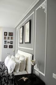 Graue Wandfarbe Und Weiße Stuckdekorationen An Der Wand Ideen Rund
