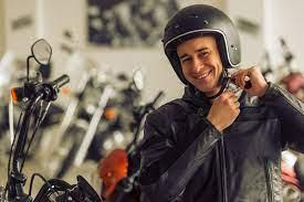 Cómo hay que Ponerse un Casco de Moto Correctamente y Abrochar el Cierre o  la Hebilla? - MEJORA TU MOTO