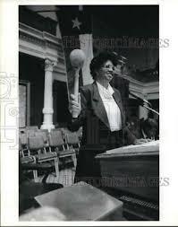1989 PRESS PHOTO Designer Herbert Wells hugs bookkeeper Myra Kinsey, Texas  - $10.00 | PicClick