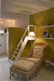 Room ideas  Por la escalera de madera se sube al dormitorio en el altillo.  Ideal para personas