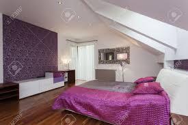 Weiß Und Lila Schlafzimmer Mit Gemusterten Wand Lizenzfreie Fotos