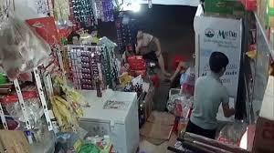 Camera giám sát cửa hàng bắt quả tang thanh niên đẹp trai ăn trộm vặt -  YouTube