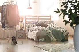 Weißes Schlafzimmer Mit Holzbett Lampen Fenster Und Kleiderständer