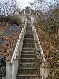Das erdgeschoss wird bestimmt von einer geradläufigen treppe, die auch als raumteilung dient und in die eine speisekammer integriert wurde. Treppe Haus Himmel Kostenloses Foto Auf Pixabay