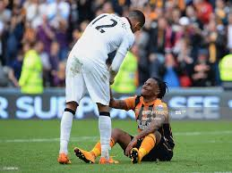 Abel Hernandez of Hull City is consoled by Chris Smalling of... Foto di  attualità - Getty Images