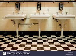 Drei Weiße Porzellan Waschbecken In Einem Alten Art Deco öffentliche