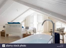 Freistehende Badewanne Im Obergeschoss Schlafzimmer Mit Schrillen