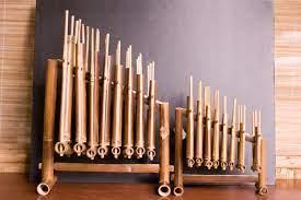 Bentuk angklung menyerupai pipa yang terbuat dari bahan bambu. Jenis Jenis Alat Angklung Yang Nggak Kamu Ketahui Blibli Friends