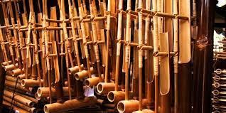 Alat musik angklung juga biasanya dimainkan bersama dengan alat musik tradisional lainnya, seperti bonang dan kolintang. 7 Alat Musik Tradisional Indonesia Yang Terkenal Dan Mendunia Merdeka Com