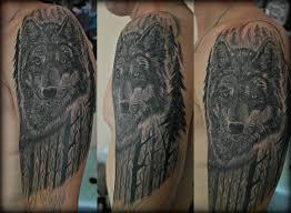 тату волк лес