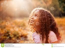 La Bambina Sveglia Afroamericana Con Capelli Ricci Riceve I Raggi Del Sole  Di Miracolo Dal Cielo Immagine Stock - Immagine di etnico, bello: 100577061