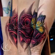 перекрытие старой тату роза с бабочкой в реализме на руке сделать