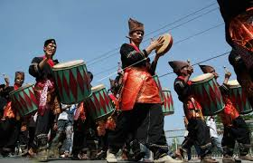Orang minangkabau percaya bahwa bahan yang paling bagus untuk dibuat saluang berasal dari talang untuk jemuran kain atau talang yang ditemukan hanyut di sungai.alat ini termasuk dari golongan alat musik suling, tetapi lebih. Mengulas 14 Alat Musik Tradisional Sumatera Barat Yang Eksotis