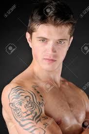 Immagini Stock Ritratto Di Uomini Attraenti Con Il Tatuaggio Di