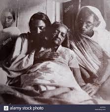 Kasturba Gandhi moglie del Mahatma Gandhi sul suo letto di ...