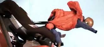 El peligro de llevar al niño con el abrigo puesto en la silla del coche