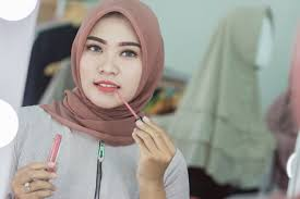 untuk memastikan produk yang dicari sesuai dengan kulit sebaiknya gunakan pergelangan tangan jangan pernah mengulasnya langsung pada wajah
