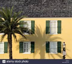 Haus Im Alten Stil Gelb Mit Grünen Fensterläden Palme Und Alte Mode