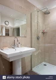 Waschbecken Und Dusche Im Badezimmer Mit Rosa Fliesen Wohnhaus