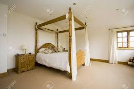 Minimialist Geräumige Schlafzimmer Mit Himmelbett Lizenzfreie Fotos