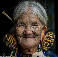 девушкам народа чин делают уродующие тату на лице чтобы их не