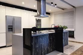 grau neutral küche holz esstisch stühle küchenschränke kühlschrank