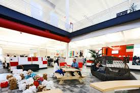 Image Head Office Of All Youtube Projects And The Office Space Supports It With Open Areas And Communal Style Work Spaces Employees From All Levels And Positions Sit Emaze Office Design