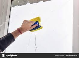 Waschen Und Reinigen Das Fenster Mit Einem Rakel Das Fenster