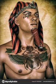 портрет египетского фараона груди татуировку стоковое фото