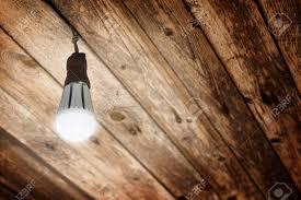 Nieuwe Glanzende Led Lamp Geïnstalleerd In Een Oude Fitting Voor E27