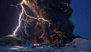 Mayo 13, 2018. El Volcán Sakurajima con Relámpagos. – ASTRO