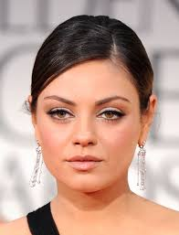mila kunis wore soft neutral shades of shadow along with black liner and lots of mascara neutral eyeshadow