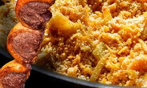 Farofa na tigela com carne assada