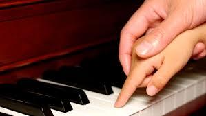 Resultado de imagen para imagenes de personas tocando instrumentos musicales