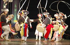Titik mulanya adalah ketika pertunjukan pertukaran kelompok seni korea selatan dan utara berlangsung pada bulan september tahun itu, di mana pertunjukan ini berlangsung bersamaan dengan acara kunjungan kampung halaman bagi keluarga yang terpisah karena perang korea. Musik Tradisional Korea Selatan Cepat Belajar Korea