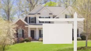 maison avec pancarte blanche devant