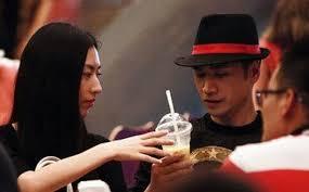 Kết quả hình ảnh cho 何晟铭,这时他认识了一位香港女富商