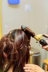 美容室髪型ブロードライし概念を人々 若い女性のファンとホットの美容院でスタイリングを作るブラシで