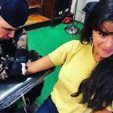 селена гомес сделала одинаковые татуировки с подругами и поделилась