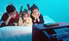 kids watching tv at night. skærmen som barnepige kids watching tv at night c