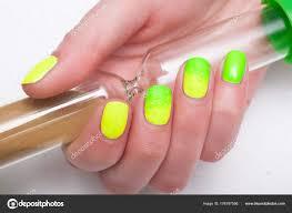 žena Zelené žluté Pěstěné Nehty Drží Přesýpací Hodiny Stock