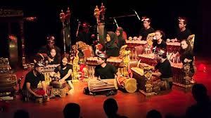 Irama musik umumnya lembut dan mencerminkan keselarasan hidup, sebagaimana prinsip hidup yang dianut pada umumnya oleh masyarakat jawa. Alat Musik Gamelan Sejarah Asal Daerah Cara Mainnya Lengkap