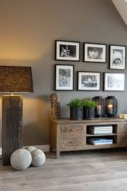 Contraste Parfait Entre Le Mur Taupe Et Les Photos Noir Et Blanc Perfect  Contrast Between The Taupe Wall And The Black And While Photos