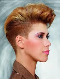 Onweerstaanbare Korte Haarsnit Met Geschoren Zijkanten