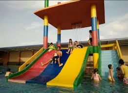 Penerapan kolam renang berbentuk seperti ini akan terlihat lebih menarik apabila digabungkan dengan konsep lansekap di sekeliling kolam renang. Top Wisata Kolam Renang Gresik